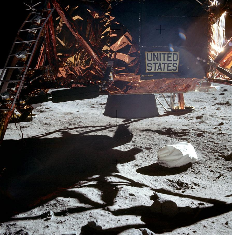 012-apollo-11-AS11-40-5864-Landetriebwerk-o-Landekrater.jpg