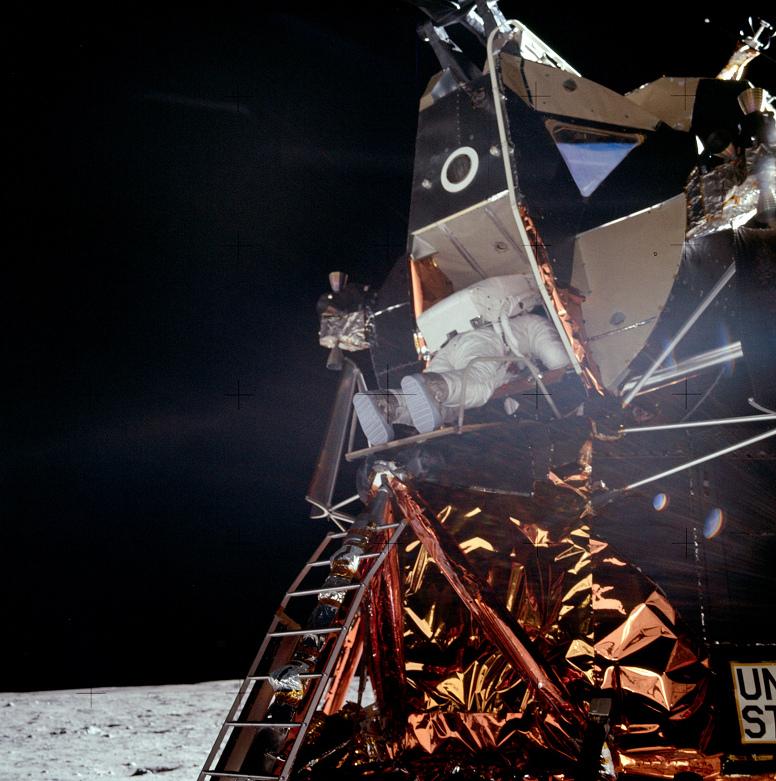 011-apollo-11-AS11-40-5863-Aldrin-steigt-aus-m-gegenlicht.jpg
