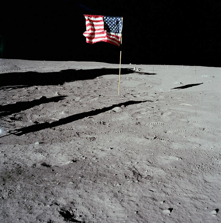021-apollo-11-AS11-40-5905-fahne-in-bildmitte-o-sucher-unmoeglich.jpg