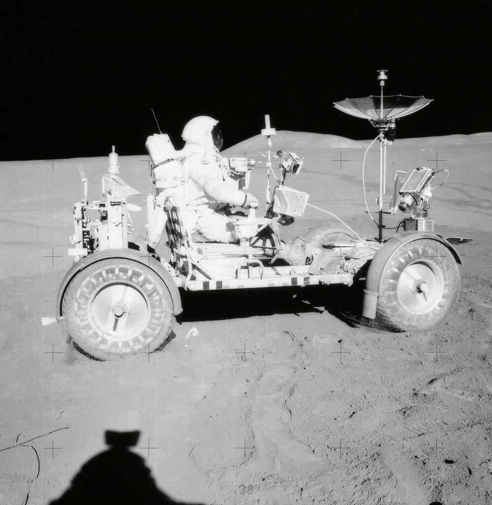 20-AS15-85-11471-Scott-faehrt-rover-o-reifenspuren.jpg
