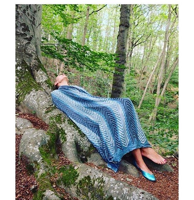Repost: La belle au bois dormant/ Thank you for your talent & magic @tinkaud & @paolamaria 🌿💙💎💙🌿 #embraced by #nature #paysanneothersouls #textiles #naturaldyeing #love #woodblock #indigo