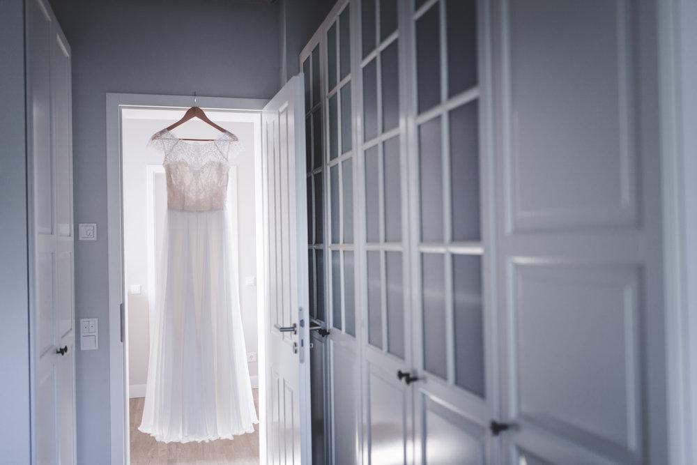 Victoria Rüsche  Letzte Saison hatte ich einige Bräute die in den Kleidern von Victoria geheiratet haben. Passend zu dir findest du dort tolle Kleider. Bleib dir selbst treu, nur weil du heiratetest muss es kein Klischeekleid werden.   www.victoriaruesche.de
