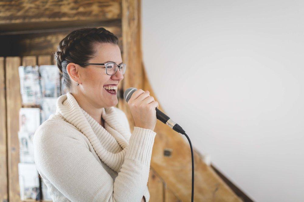 Daniela Dornhof  ist eine ganz liebe Person und eine tolle Sängerin. Außerdem kann man sie nicht nur als Sängerin sondern auch freie Traurednerin buchen für eure ganz persönliche Trauung buchen. Hört unbedingt mal bei ihr vorbei ;-)   www.danieladornhof.de