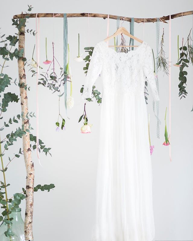 """Brautkleid wie finde ich das Richtige? Ich bekomme immer wieder gesagt """"und dann hab ich es angestiegen und wusste das ist es"""" das muss wirklich ein tolles Gefühl sein :-) was gefällt euch lieber? Figurbetont mit toller Spitze wie dieses großartige Kleid """"Calluna"""" von @victoriaruesche oder doch zur Prinzessin werden? --  bestes Team @froschkoenig_der_blumenladen @fixheike @jolie_cici"""
