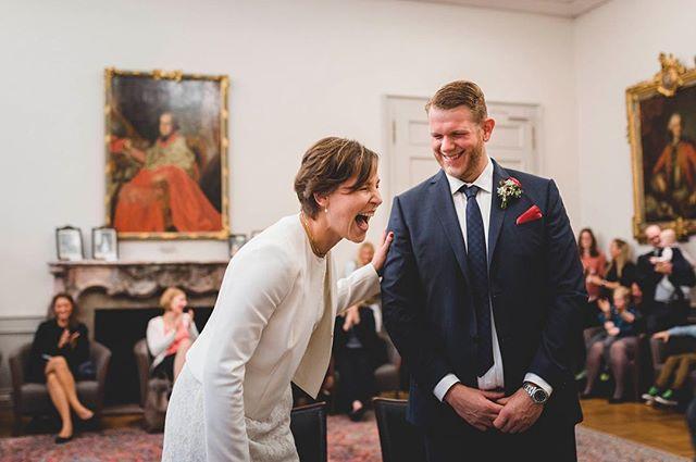 Ich liebe diese Momente! Genießt euren Tag und lasst einfach alles raus! Auch wenn es ein liebevolles lachen ist weil der Zukünftige noch vor der Frage des Standesbeamten ein kräftiges Ja antwortet! #liebe #lebe #lache #heiraten2017 #freude #glücklichundzufrieden #braut #bräutigam #wedding #hochzeit