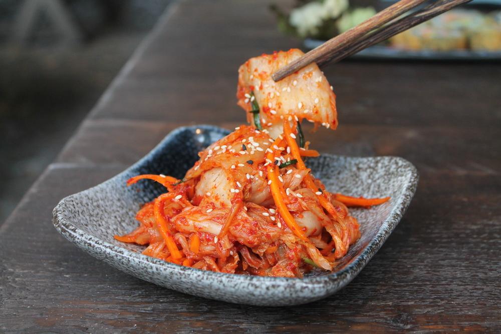 Die wichtigsten Zutaten: Chinakohl, Rettich, Möhren, Sesam und Chiliflocken für die rote Farbe