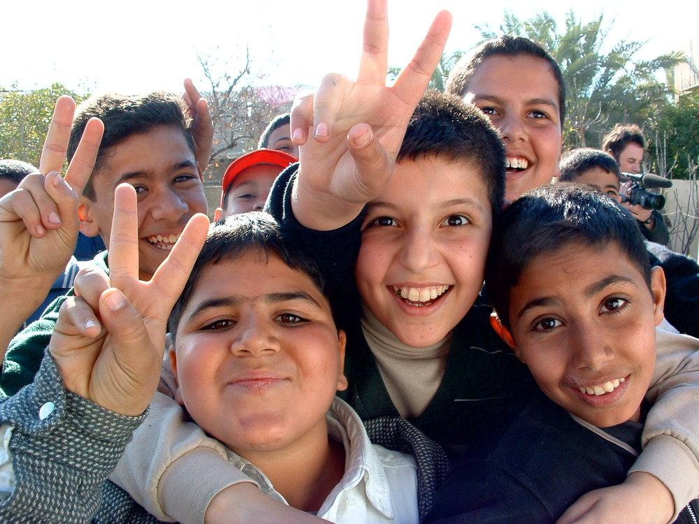 Iraqi_boys_giving_peace_sign.jpg