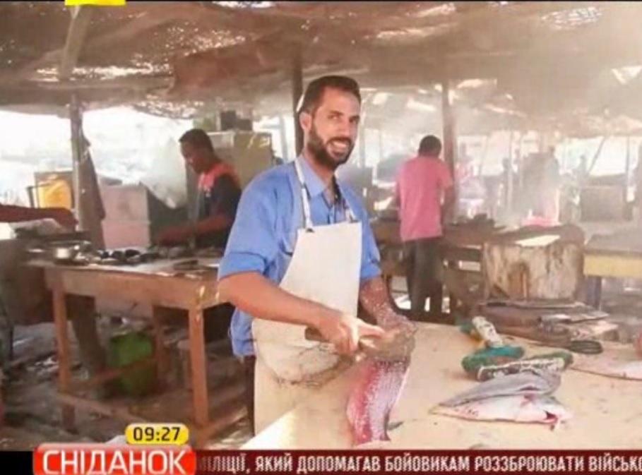 Місцеві жителі купують, чистять, і навіть смажать та їдять рибу просто на ринку