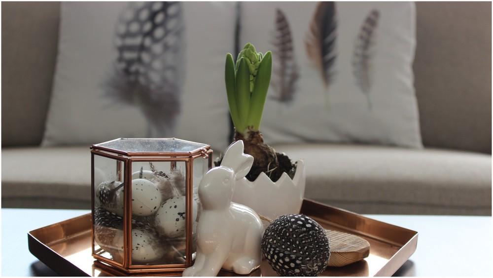 Polštáře - Kik;Tác - H&M;Box, peří, peříčkové vajíčko - Nordic day;Květináč - Albert; Zajíček, kropenaté vajíčka - Hornbach