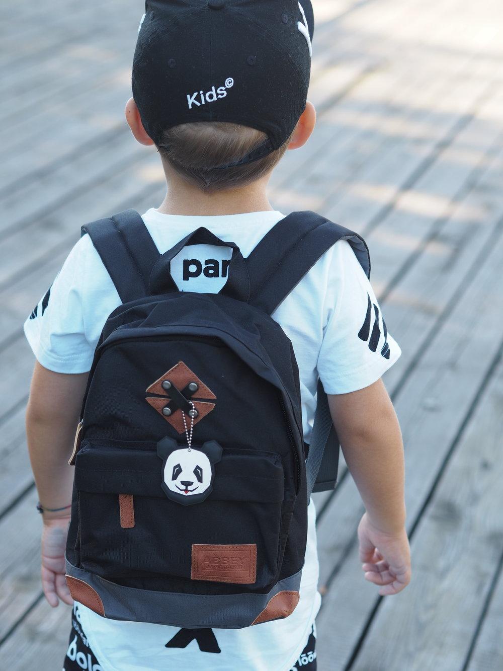 Děti jistě ocení kožené doplňky a na vrchní části batohu praktické poutko  pro přenos. 9572ea9620