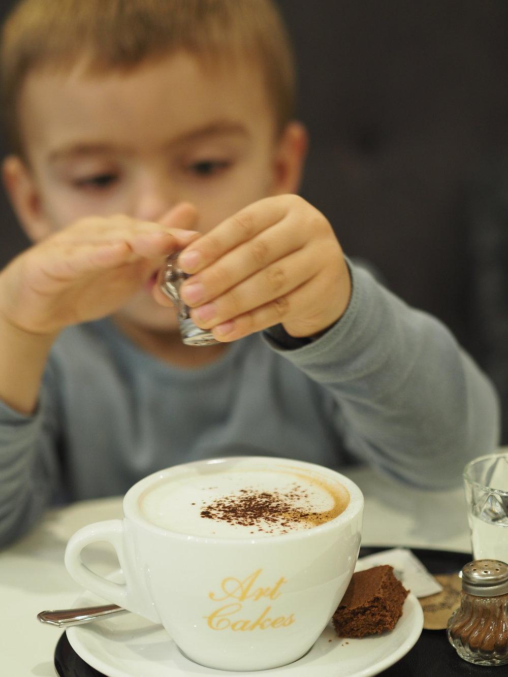Taková drobnost v kavárně Art Cakes, mohla jsem si sama kávku posypat kakaem či skořicí... Lukášek byl nadšený :-)
