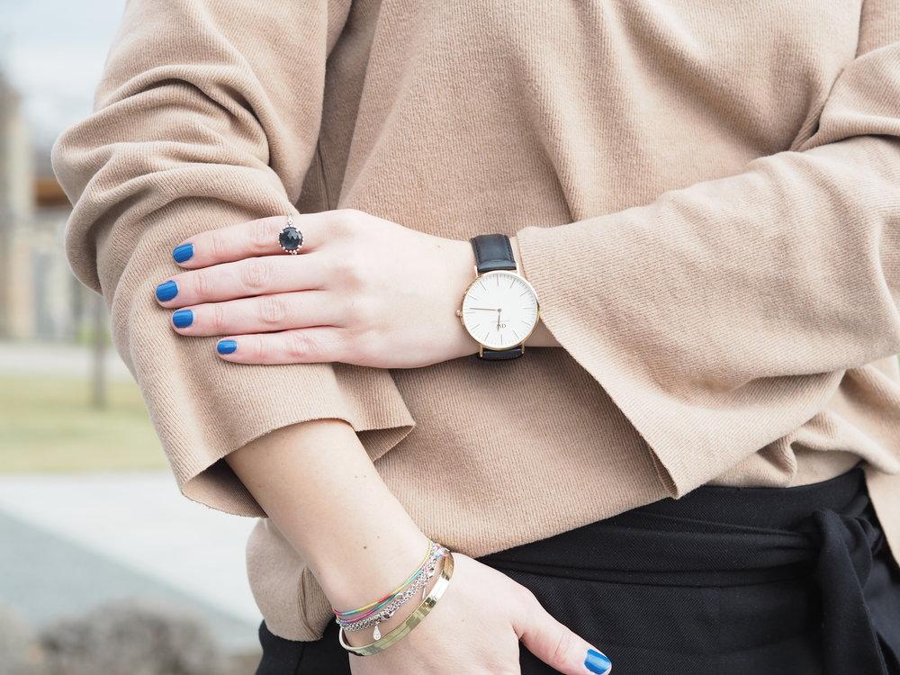 Totálně jsem se zamilovala do modrého laku od Essence, stačí jedna vrstva a barva je dokonalá!!!