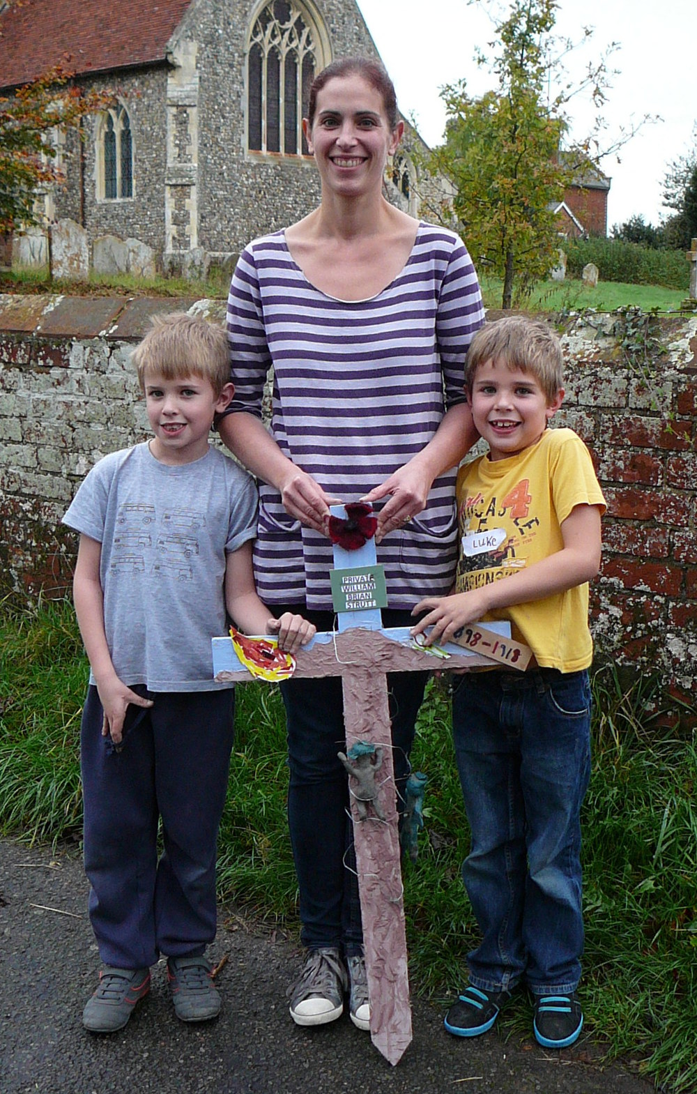 128 LUKE, PHILIPPA AND JAMIE PARKER WITH THE CROSS IN MEMORY OF WILLIAM STRUTT.jpg