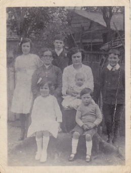 Maude Durrant with her mother-in-law and six children in 1916.