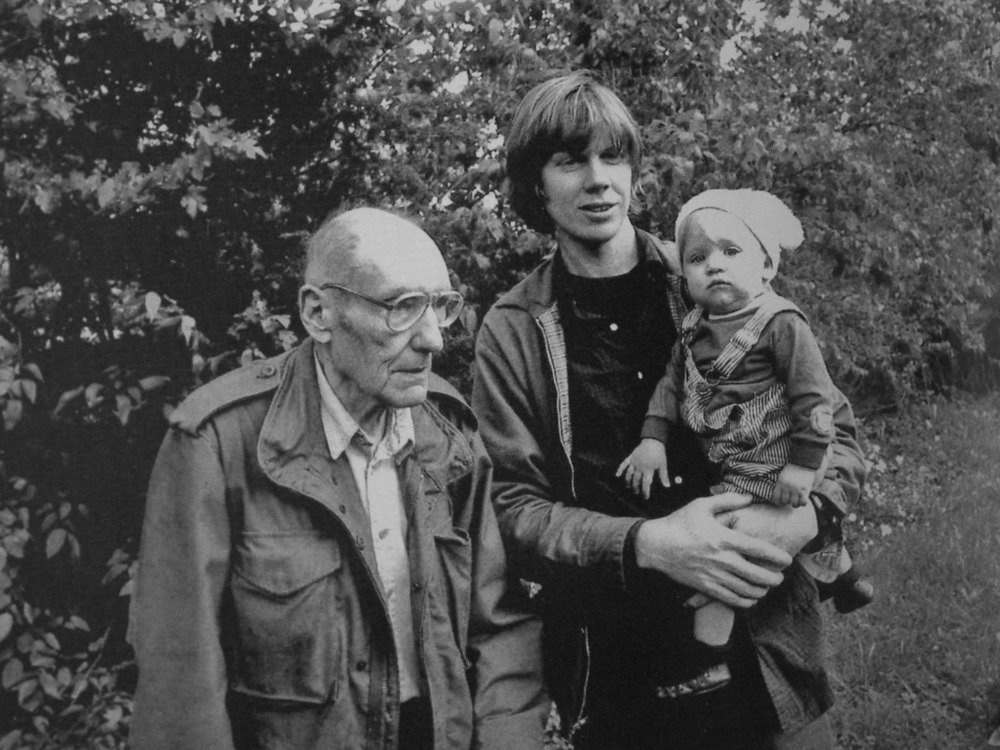 – William S. Burroughs con Thurston Moore (Sonic Youth) y la hija de este último.