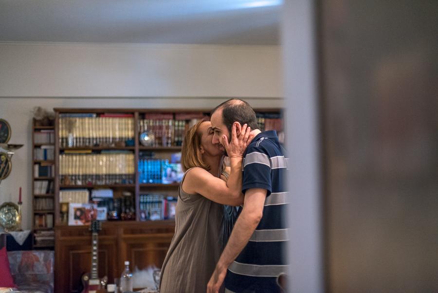 04 Γάμος στη Φιλοθέη προετοιμασία γαμπρού φιλί.jpg