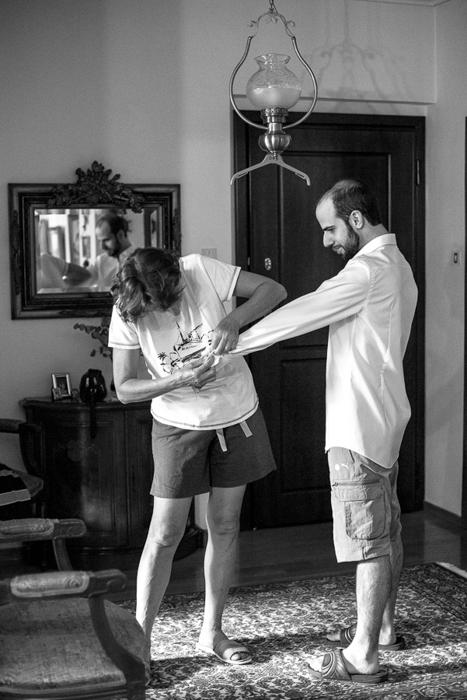 09 Γάμος στη Φιλοθέη προετοιμασία γαμπρού πουκάμισο2.jpg