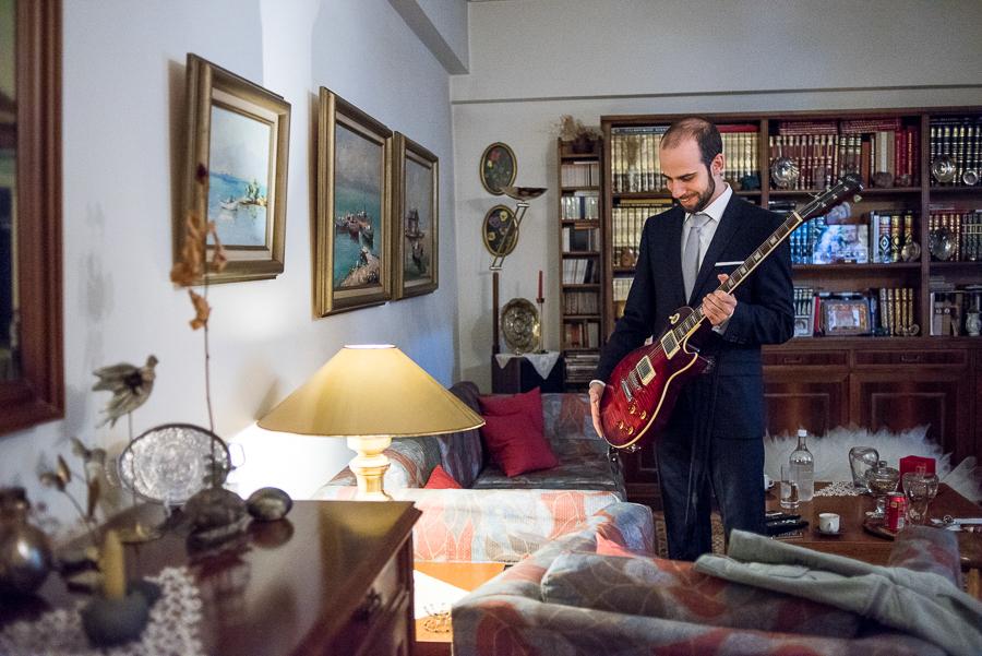 18 Γάμος στη Φιλοθέη γαμπρος με κιθάρα.jpg