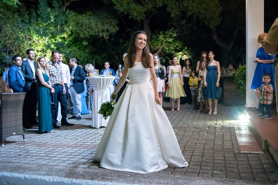 65 η νύφη πετάει την ανθοδέσμη.jpg