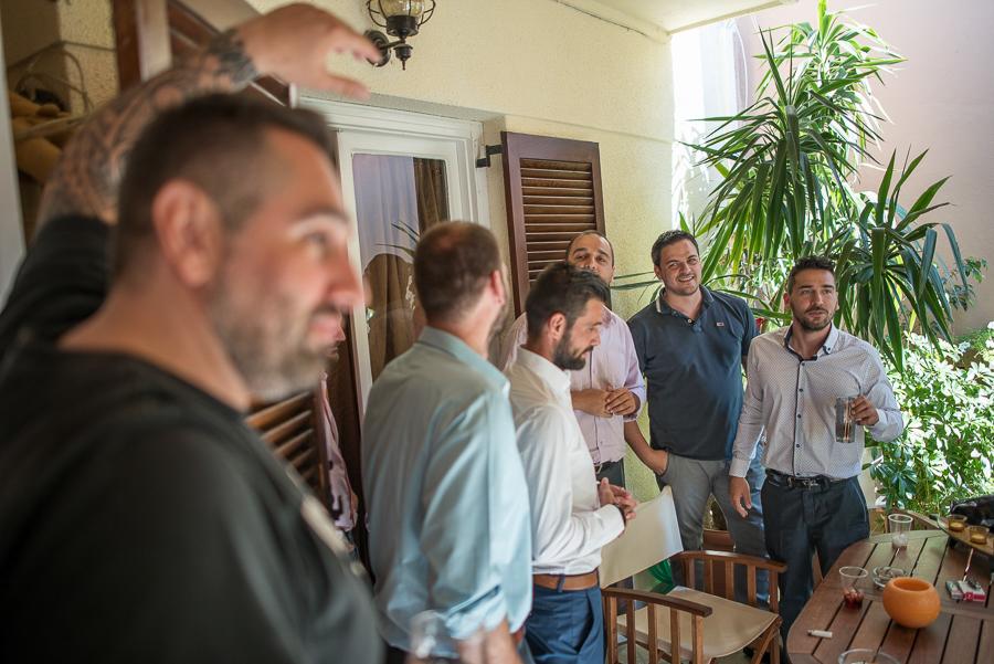 08 γάμος στον Άγιο Νεκτράριο Βούλας γαμπρός με τους φίλους του 2.jpg