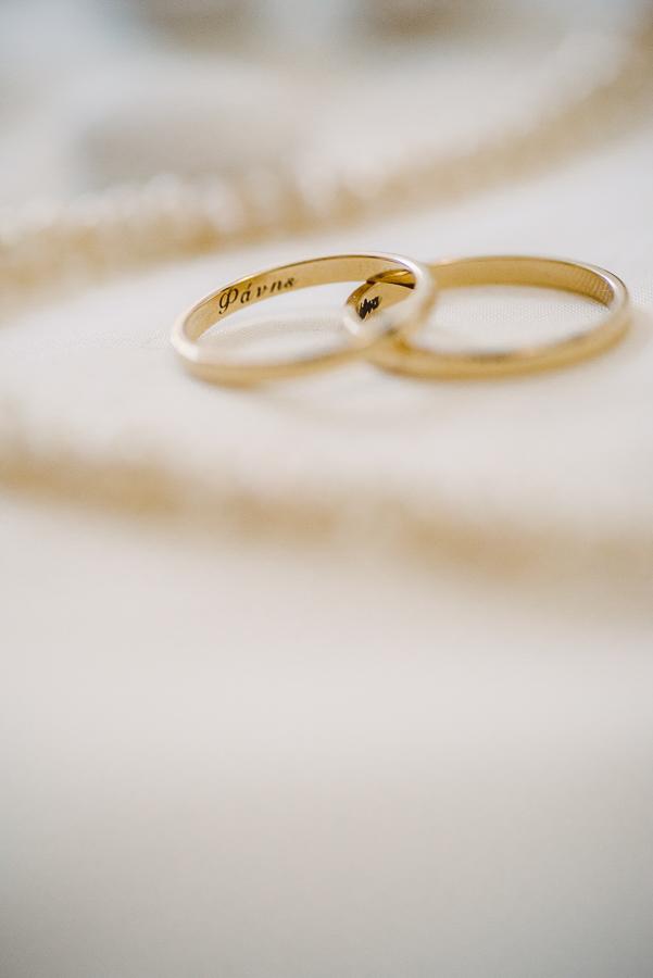 27 γάμος στον Άγιο Νεκτράριο Βούλας βέρες γάμου.jpg