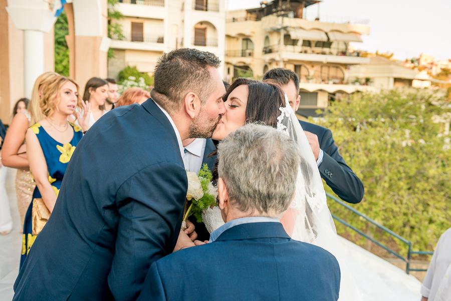 54 Γάμος  Άγιος Νεκτάριος Πανόραμα Βούλας φιλί.jpg