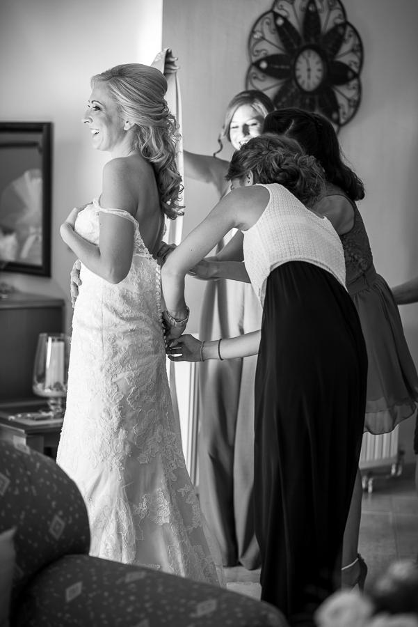 62 γάμος στο αγρίνιο η νύφη φοράει το νυφικό.jpg