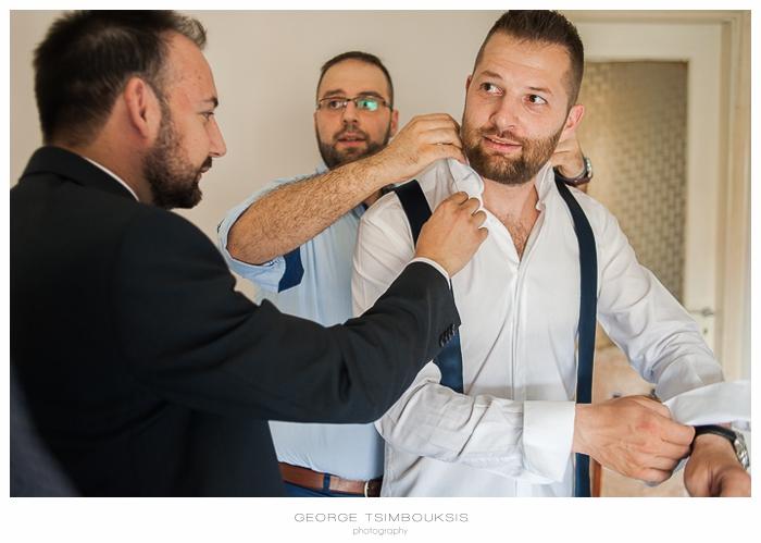 9 Γάμος στην Αθήνα προετοιμασία γαμπρού γραβάτα.jpg
