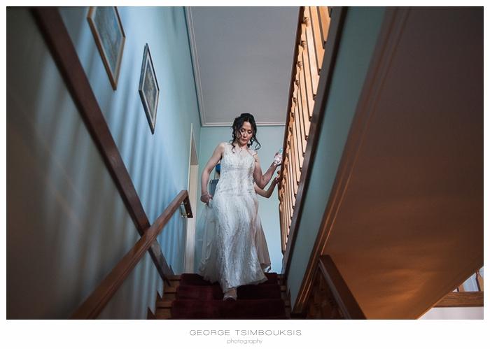 35 Γάμος στην Αθήνα η νύφη κατεβαίνει τη σκάλα.jpg