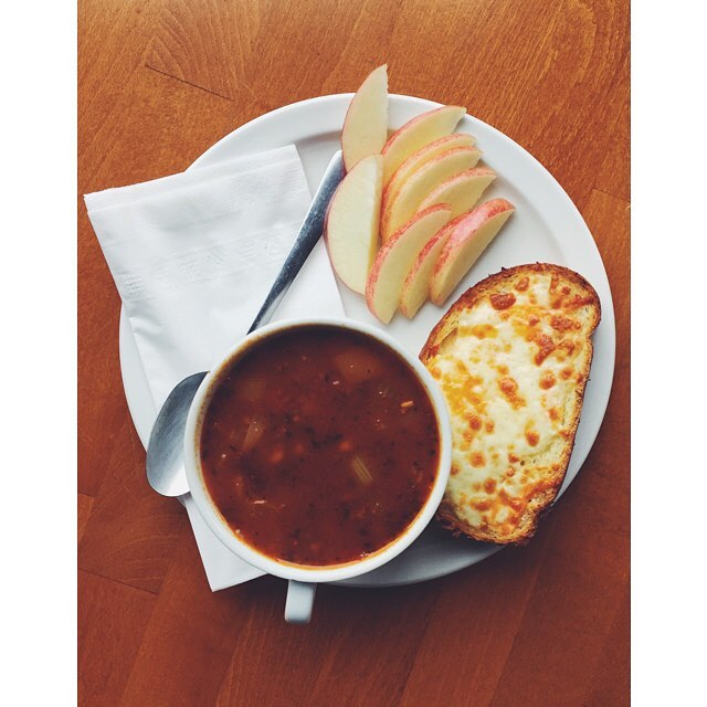 Our Daily Feature is our Classic Chilli, served with Garlic Three Cheese Toast + Fresh Fruit! 👌🏻 See you soon!