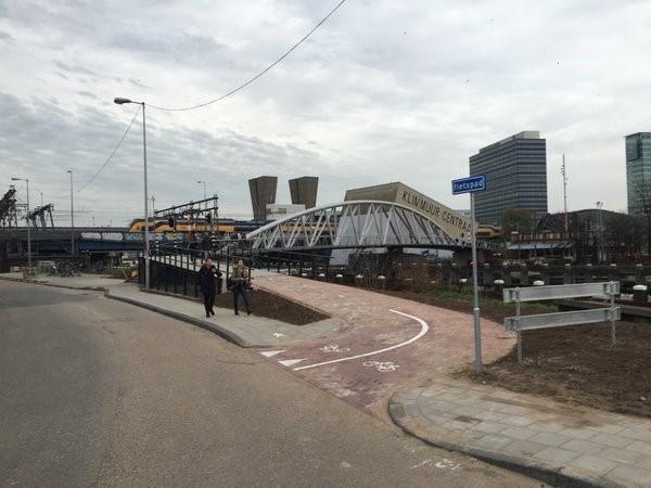 Nieuwe hellingbaan Oosterdokskade naar brug richting Dijksgracht-west