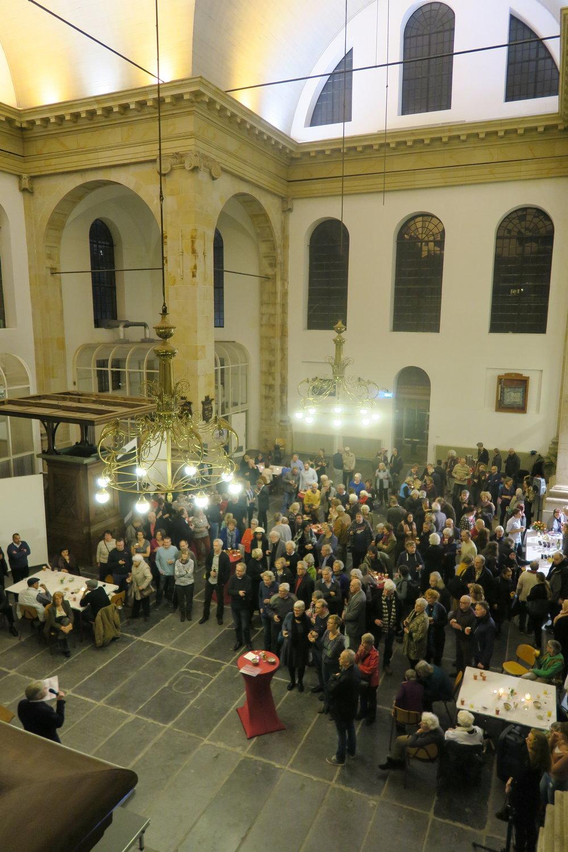 André Agterof, voorzitter Buurtorganisatie 108, houdt zijn Nieuwjaarsspeech. Die was niet overal in de kerk goed verstaanbaar. Klik op de afbeelding om de speech te lezen.