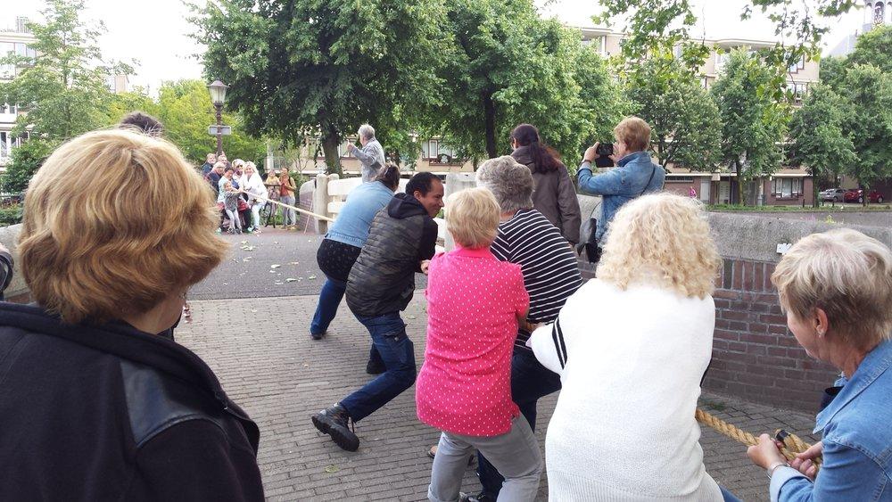Touwtrekken Wittenburg tegen Kattenburg op het Kippebruggetje