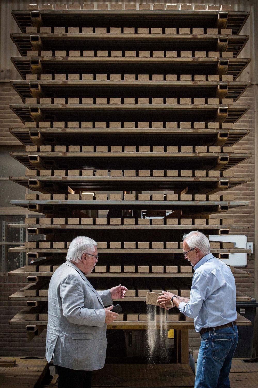 Jacques Grishaver, voorzitter Nederlands Auschwitz Comité, samen met bouwbegeleider Paul Rohlfs, bij de eerste gedroogde stenen in baksteenfabriek Rodruza.