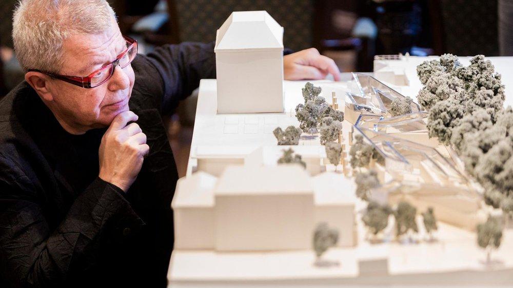 Architect Libeskind bij de maquette van het Namenmonument
