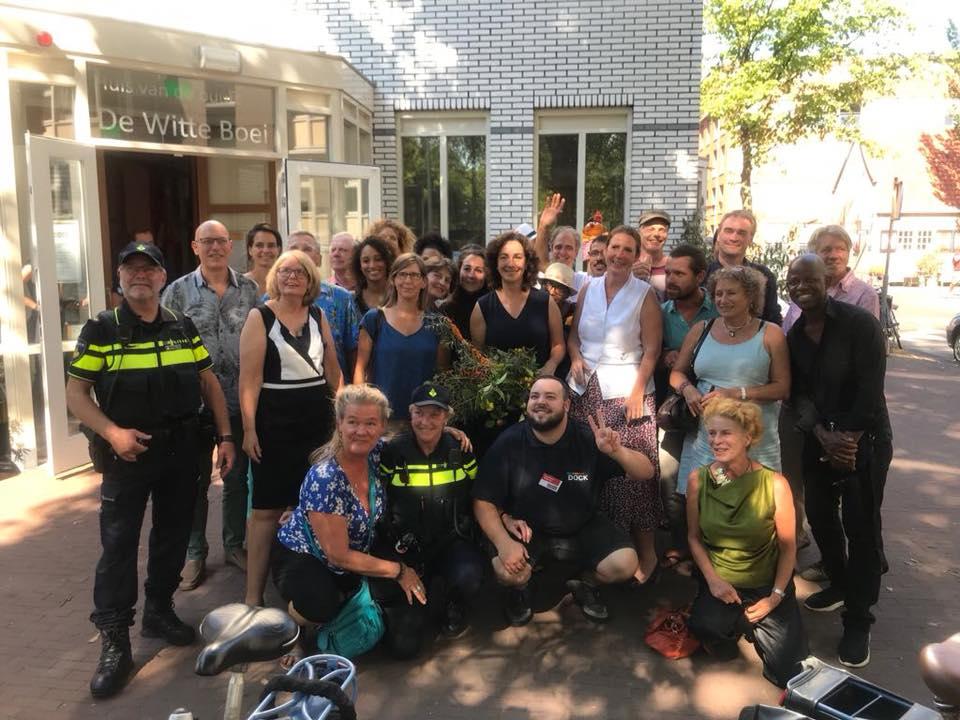 Burgemeester Halsem met de deelnemers aan het groepsgesprek in De Witte Boei