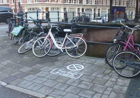 UvA fietsenstalling Roeterssrtaat signalering.JPG