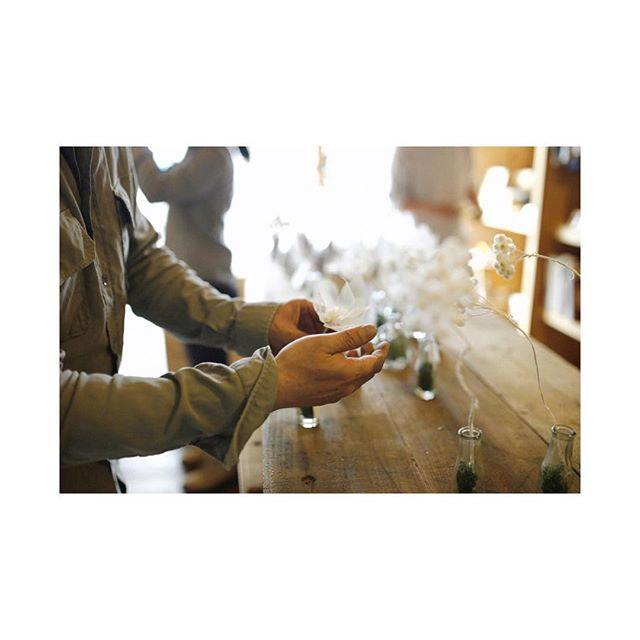 「seesoe」 「RUKA」 @ruka_life_with_flower  美しき手仕事。 • 写真はRukaさんとレイアウト中の模様。 • 是非店頭でご覧になってください!! その他、新規LINE-UPは  @hand_haveaniceday_  @brooklynribbonfries と 「食と植」のLINE-UPになっております!!!! お近くの方はこの機会に是非足を運んでください!! #seesoe #RUKA #handhaveaniceday #brooklynribbonfries #the_view_store  #景色を創造する #コラボレーションワーク #collaboration #creative #craft #美容室 #サロン #photo #flower
