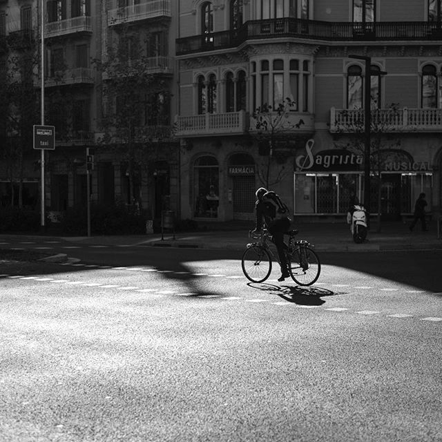 Barcelona 2016 ▪️ ▪️ ▪️ #instagram #instalike #instadaily #instapic #instagood2 #pic #pictureoftheday #blackandwhiteisworththefight #bicycle #shadow #light #blackandwhite #bnw #bnw_society #Barcelona #Catalunya #carlzeisslenses #5D