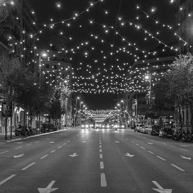 Barcelona 2016. Christmas lights 🎅🏻🌲☃️ ▪️ ▪️ ▪️ #instagram #instalike #instadaily #instagood #instagood2 #pic #pictureoftheday #picoftheday #igersbcn #igers #nex7 #lights #christmas #2016 #bnw #blackandwhite #streetmobs #streetphotography #catalunyaexperience #catalunya_monumental