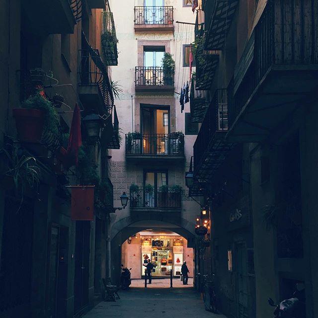 Barcelona 2017 ▪️ ▪️ ▪️ #barcelona #instagram #instsgood #instalike #instagood2 #igersbcn #igers #picoftheday #pictureoftheday #catalunya #catalunyaexperience #catalunya_monumental #gameoftones #streetmobs #streetphotography