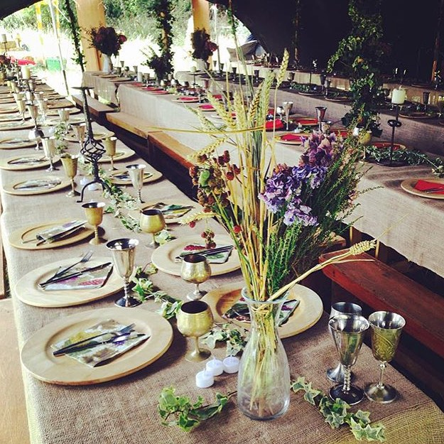 RG from @hearnea of the beautiful table setting from yesterday's #GameOfThrones Banquet. 💐🌸🌼🌺#TyrionsTavern #motheriscoming