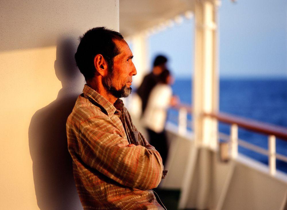 竹芝埠頭を出航したおがさわら丸。父島までは約1000キロ、25時間の長旅となる。ボニンブルーと呼ばれる青い海と東洋のガラパコスと称される自然、かつては無人島だった島で暮らす人々。小笠原(無人がなまってBONIN=小笠原の英名)は辿り着いたモノたちが交じりあう小さな楽園。