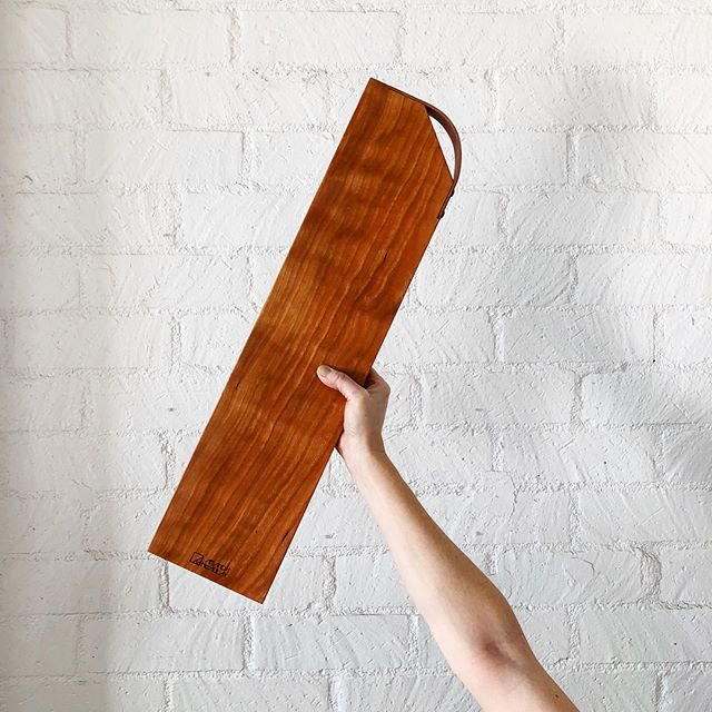 SHOP UPDATE! ⚡️ Look at that stunning cherry grain! Absolutely in love with these gorgeous long cherry cheese boards with inset leather handle. Available now at my shop, along with other fab pieces. Link in profile.