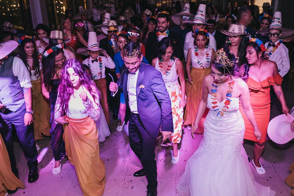 juliethbravo-weddingplanne-horaloca-baile-familia-novia-novio-sondelfuego-dj-rumba.jpg