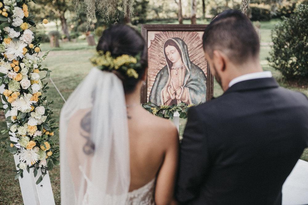 julieth-bravo-wedding-planner-bogota-boda-destino-mexico-ceremonia-virgen-gualapule-ramo-blanco-novios-simbolica-matrimonio-novios.jpg