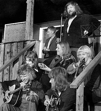 PÅ TRAPPA: Jack Berntsen og Lovisa på den aller første festivalen i 1973 på Ulvsvågskaret i Hamarøy. 350 personer løste billett. Trappa på idrettslagshuset var scene, utstyrt med en Vox-forsterker og to mikrofoner. (Arkiv: Trolltamp.com)