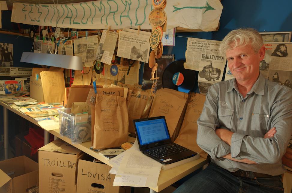 FESTIVALOMRÅDE: Et snev av fordums festival på kontoret til Billy Jacobsen, som har hatt hovedansvaret for gjennomgangen og sortering av Jack Berntsen-samlingen. (Foto: Turid Kvitvik)