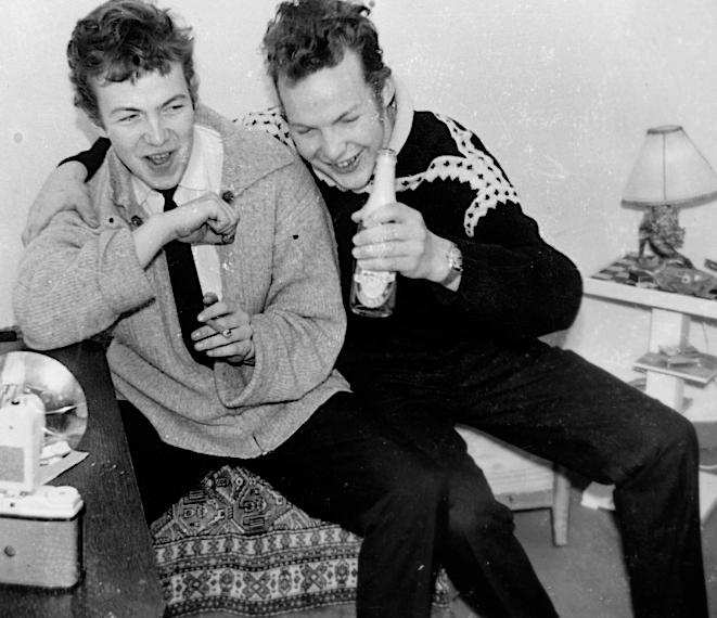 FUNN I: Brødrene Jack (med sigar) og Magne Berntsen fra Tverråsen i lystig lag. (Arkiv: Trolltamp.com)