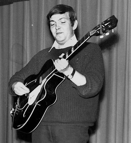 VISEDEBUT: Jack Berntsen spiller for Håløyglaget i Oslo i september 1967. Det er hans første opptreden alene med gitar foran et publikum. Jack elsker å stå på scenen. Det vises fra første dag. (Foto: Asbjørn Thomassen/Arkiv: Trolltamp.com)